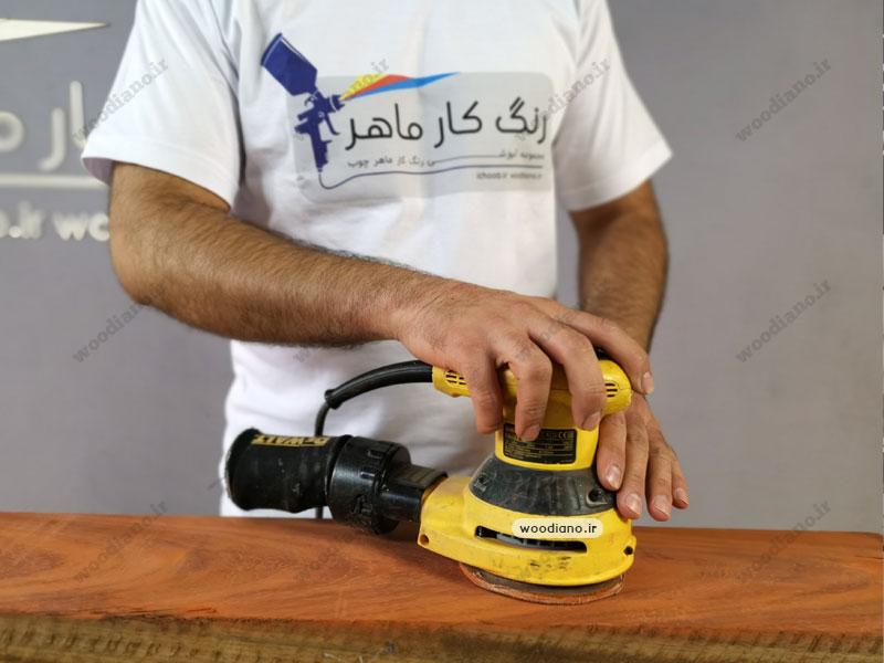 سنباده زنی و پرداخت سطح چوب قبل از سفید کردن رنگ چوب